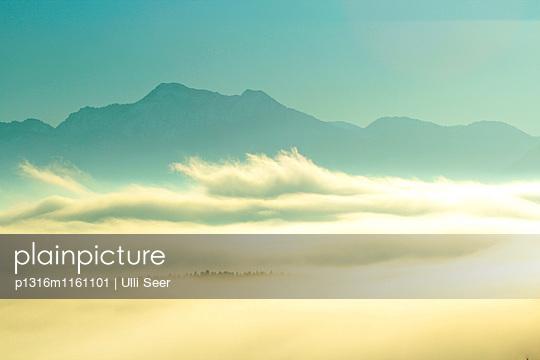 Sonnenaufgang über den Chiemgauer Alpen, Bayern, Deutschland - p1316m1161101 von Ulli Seer