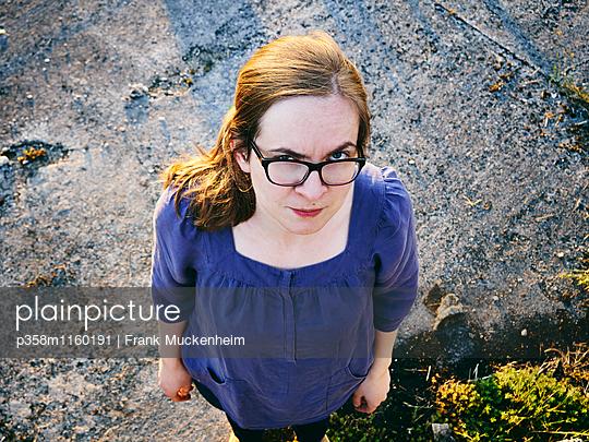 Frau mit Brille blickt genervt - p358m1160191 von Frank Muckenheim