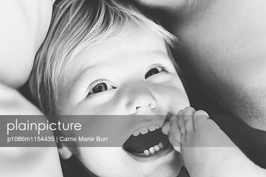 Kleines Mädchen lacht - p1086m1154435 von Carrie Marie Burr
