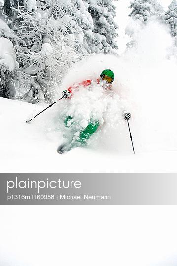 Skifahrer beim Treeskiing, Alpbachtal, Tirol, Österreich - p1316m1160958 von Michael Neumann