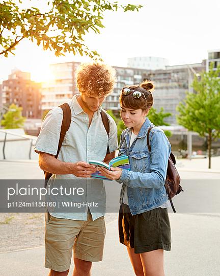 Paar mit Reiseführer - p1124m1150160 von Willing-Holtz