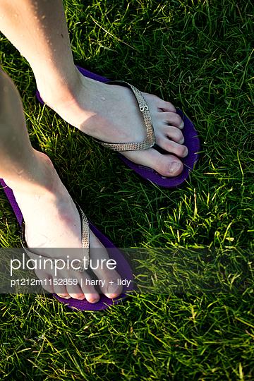 Flip-Flops auf dem Rasen - p1212m1152859 von harry + lidy