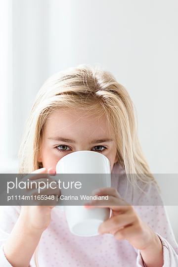 Mädchen trinkt - p1114m1165948 von Carina Wendland