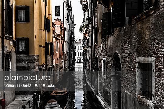 Kanal in Venedig - p360m1149642 von Ralf Brocke