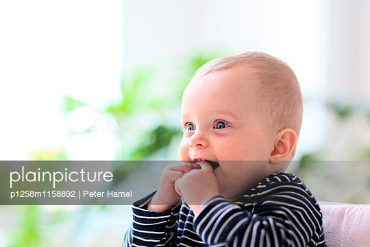 Strahlendes Baby - p1258m1158892 von Peter Hamel