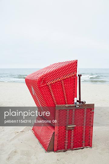 roter Strandkorb - p464m1154316 von Elektrons 08