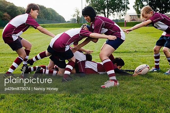 Teenage schoolboy rugby team practicing