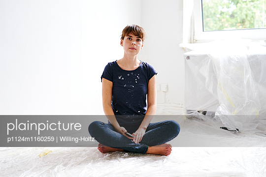 Junge Frau mit Smartphone beim Renovieren - p1124m1160259 von Willing-Holtz