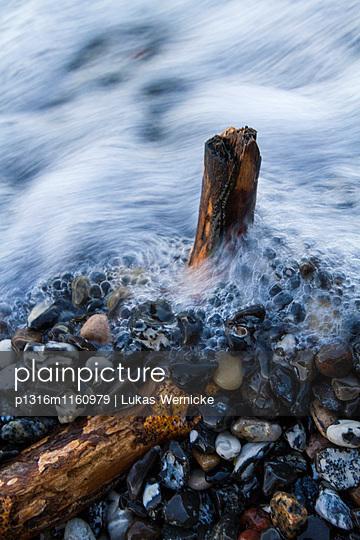 Kieselsteine am Strand, Rügen, Ostsee, Mecklenburg-Vorpommern, Deutschland - p1316m1160979 von Lukas Wernicke