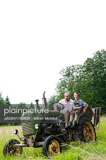 Mit dem Papa Traktor fahren - p533m1169636 von Böhm Monika