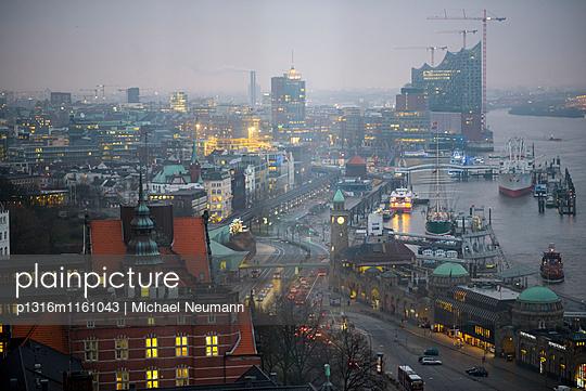 Blick aus Hotelzimmer auf Hamburger Hafen und Elbphilarmonie, Hamburg, Deutschland - p1316m1161043 von Michael Neumann