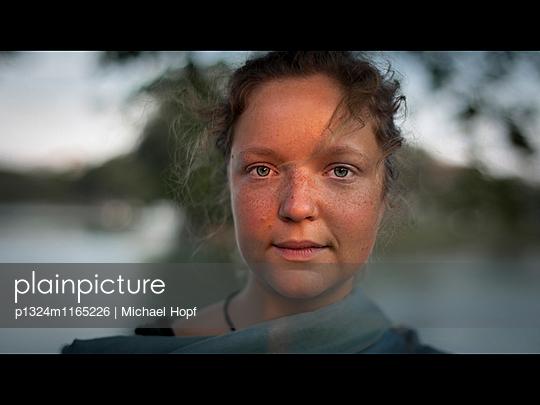 Porträt einer jungen Frau mit Sommersprossen - p1324m1165226 von michaelhopf