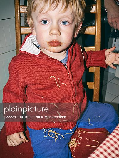 Kleiner Junge bekleckert sich mit Spaghetti - p358m1160192 von Frank Muckenheim