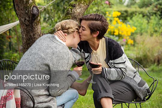 Zwei Freundinnen im vertrauten Gespräch - p788m1165270 von Lisa Krechting