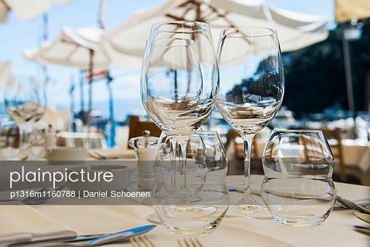 Nahaufnahme von Gläser am Tisch, Restaurant, Portofino, Provinz Genua, Riviera di Levante, Ligurien, Italien - p1316m1160788 von Daniel Schoenen