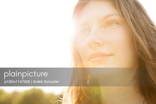Portrait bei Gegenlicht - p105m1147028 von André Schuster