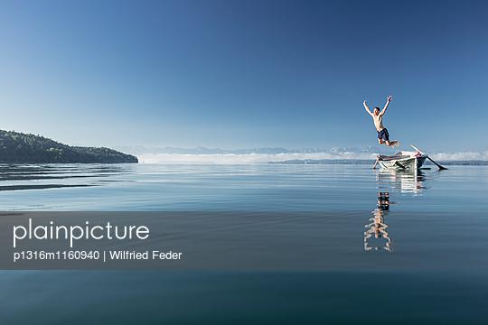 Mann schwimmt im Starnberger See, Alpen mit Zugspitze im Morgennebel, Berg, Oberbayern, Bayern, Deutschland - p1316m1160940 von Wilfried Feder