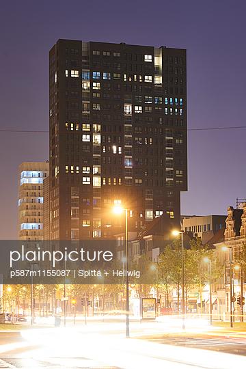 Wohnblock bei Nacht - p587m1155087 von Spitta + Hellwig