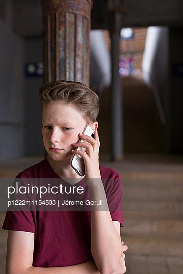 Kind mit Handy - p1222m1154533 von Jérome Gerull