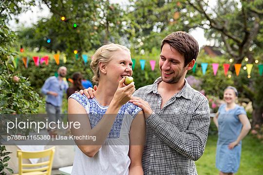 Frau beißt in einen Apfel - p788m1165380 von Lisa Krechting