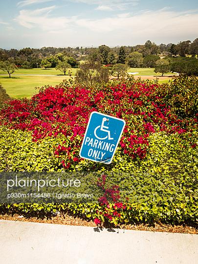 Behindertenparkplatz - p930m1154486 von Phillip Gätz