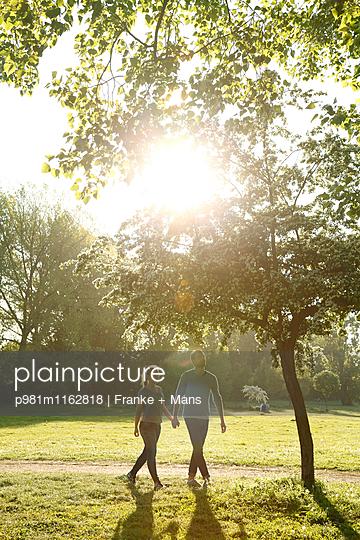 Wochenendspaziergang - p981m1162818 von Franke + Mans