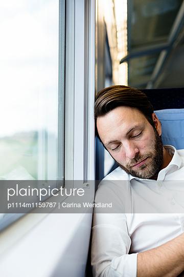 Geschäftsmann schläft im Zug - p1114m1159787 von Carina Wendland
