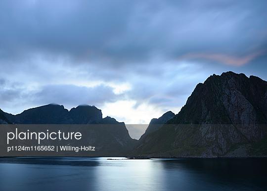 Landschaft auf den Lofoten bei Nacht - p1124m1165652 von Willing-Holtz