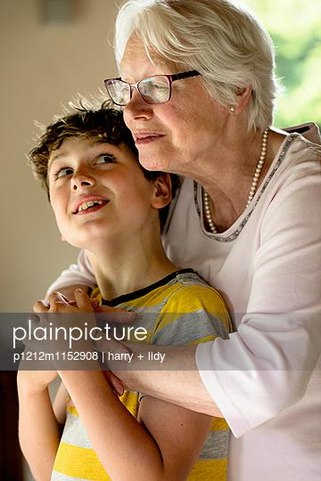 Oma und Enkel - p1212m1152908 von harry + lidy