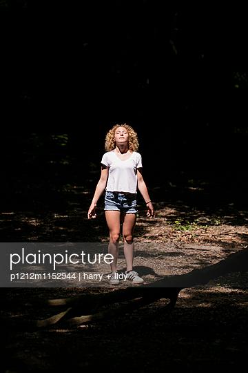Mädchen auf der Lichtung im Wald - p1212m1152944 von harry + lidy