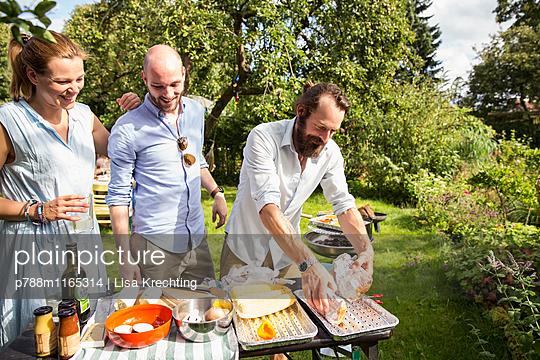 Freunde machen eine Grillparty  - p788m1165314 von Lisa Krechting