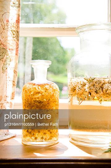 Glas mit Lindenblüten Extrakt, Likör, Sirup, Selbstgemachtes - p1316m1160559 von Bethel Fath