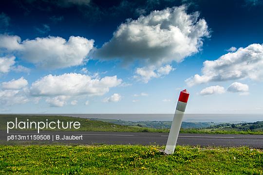 Leitpfosten am Straßenrand - p813m1159508 von B.Jaubert