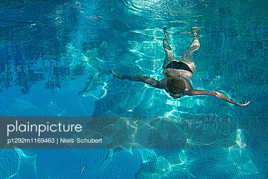 Frau beim Tauchen - p1292m1169463 von Niels Schubert