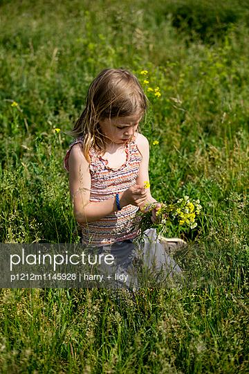 Mädchen mit Blumenstrauß in der Wiese - p1212m1145928 von harry + lidy