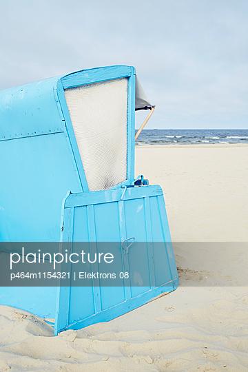 blauer Strandkorb - p464m1154321 von Elektrons 08