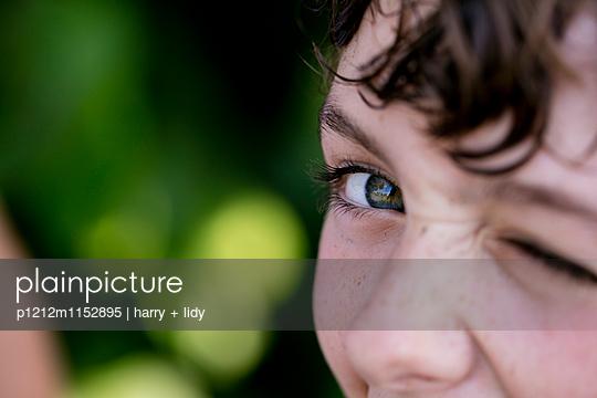 Junge blinzelt- Close Up - p1212m1152895 von harry + lidy