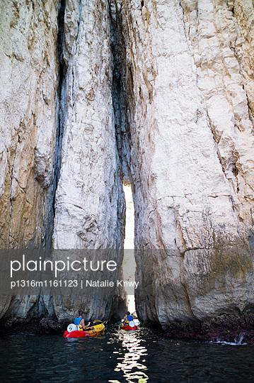 durch die Calanque L'Eissadon kajakfahren, Bouches-du-Rhône, Frankreich - p1316m1161123 von Natalie Kriwy