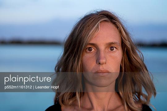 Porträt einer jungen Frau - p552m1161312 von Leander Hopf