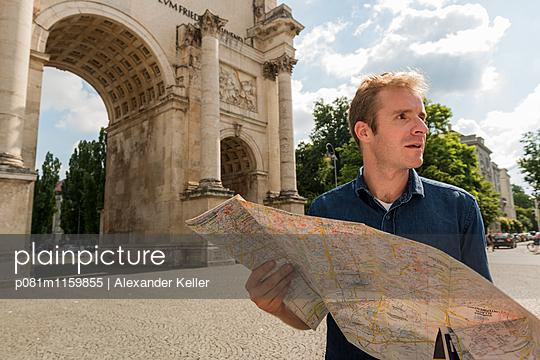 Mann mit Stadtplan - p081m1159855 von Alexander Keller