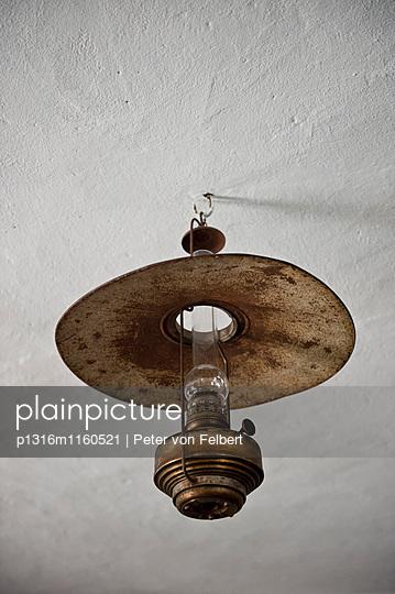 Alte Öllampe, Poysdorf, Weinviertel, Niederösterreich, Österreich - p1316m1160521 von Peter von Felbert