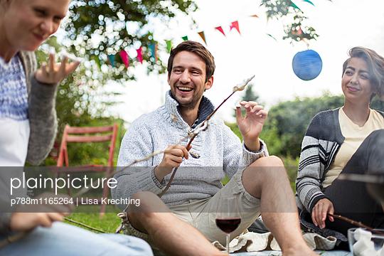 Freunde auf einer Grillparty - p788m1165264 von Lisa Krechting