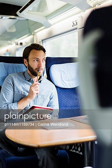 Mann arbeitet im Zug - p1114m1159734 von Carina Wendland