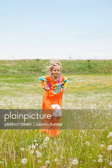 Sackhüpfen auf Blumenwiese - p045m1159461 von Jasmin Sander