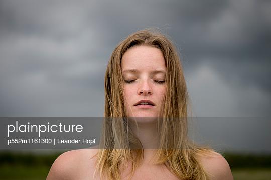 Porträt einer jungen Frau mit blonden Haaren - p552m1161300 von Leander Hopf