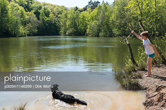 Spiel mit dem Hund - p305m1146299 von Dirk Morla
