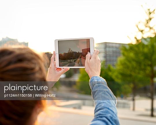 Frau fotografiert mit Tablet - p1124m1150158 von Willing-Holtz