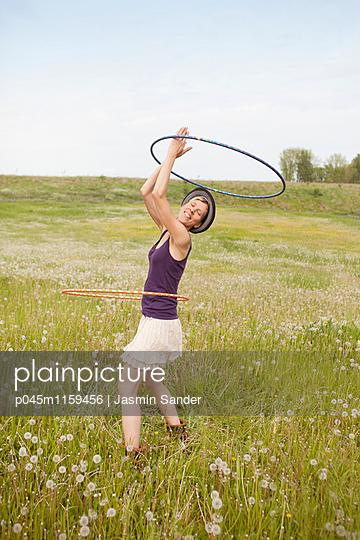 Hule-Hoop-Tanz - p045m1159456 von Jasmin Sander