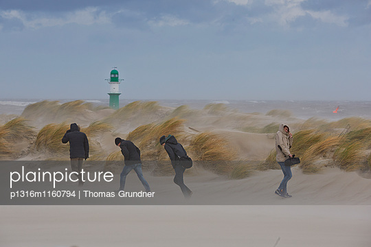 Dünen und Leuchtturm bei Sturm, Ostseebad Warnemünde, Mecklenburg-Vorpommern, Deutschland - p1316m1160794 von Thomas Grundner