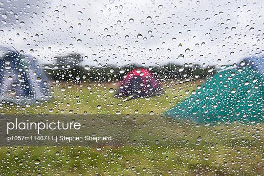Verregneter Zelturlaub - p1057m1146711 von Stephen Shepherd